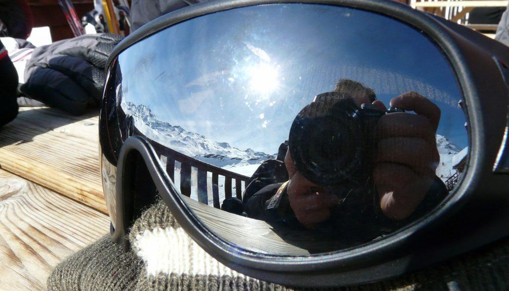 Reflets sur une paire de lunettes de ski
