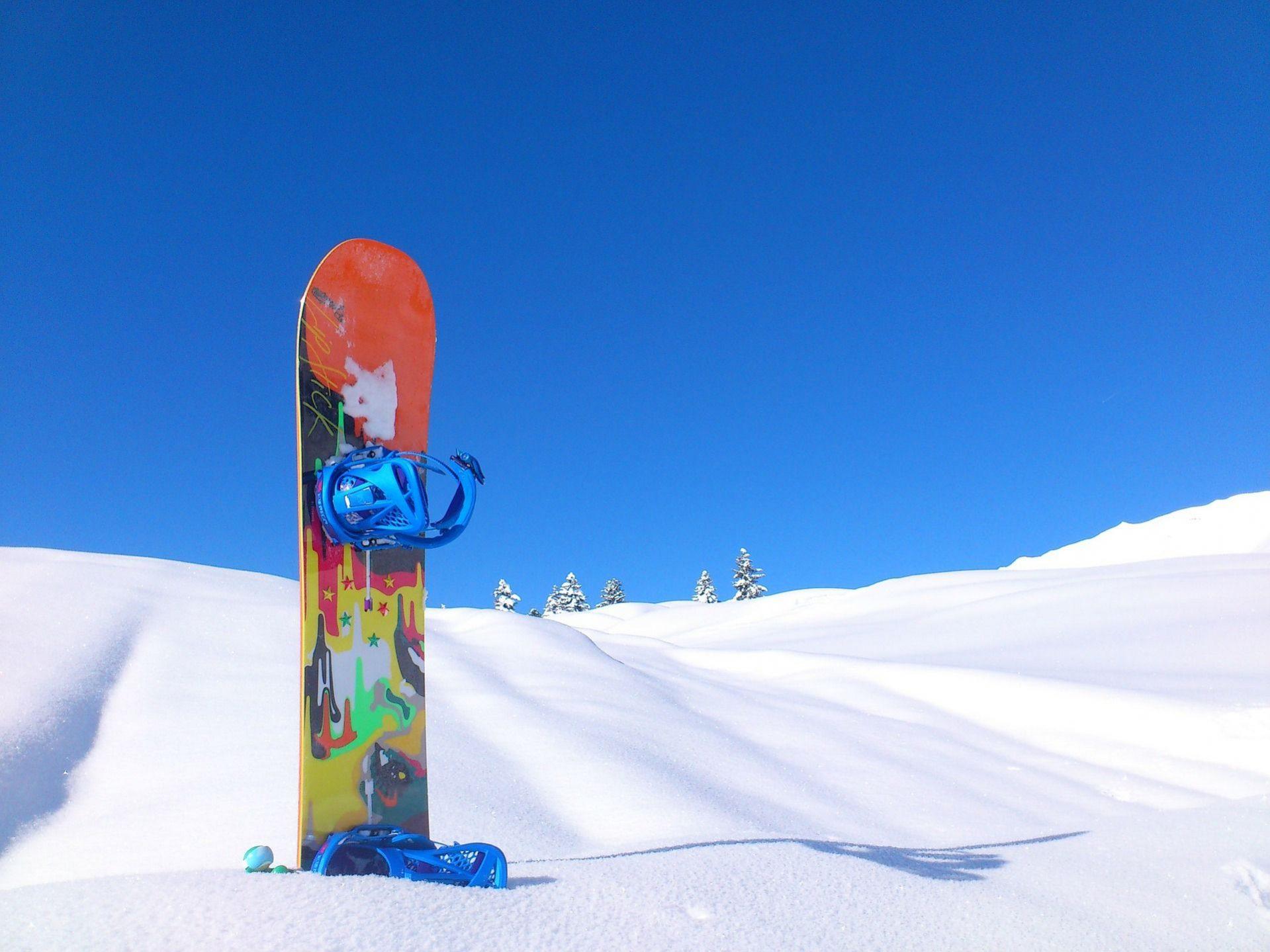 table de snowboard dans la neige